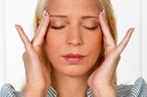 Aby uniknąć zmarszczek masuj skórę wokół oczu  /© Panthermedia