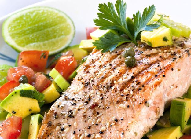 Aby usunąć specyficzny zapach ryby, skrop ją obficie sokiem cytrynowym /©123RF/PICSEL