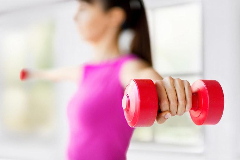 Aby uzyskać efekty musisz ćwiczyć regularnie. Jeśli myślisz, że wykonanie treningu raz w tygodniu zdziała cuda, to się mylisz. Postaraj się ćwiczyć się drugi dzień. Zmieniaj ćwiczenia i rób je w seriach. /123RF/PICSEL