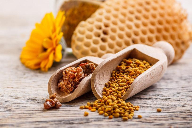 Aby wzmocnić dobroczynne właściwości pyłku, łącz go z ziołami (np. można go dodać do herbat ziołowych) i miodem! /©123RF/PICSEL