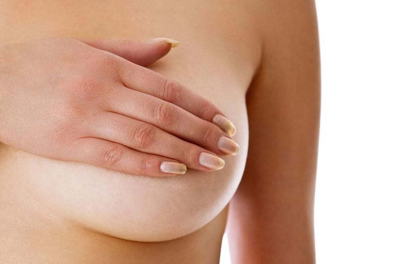 Aby zmniejszyc ryzyko, regularnie badaj piersi /123RF/PICSEL