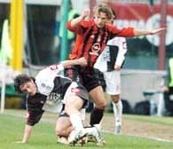 AC Milan - AC Siena 2:1. Szewczenko walczy o piłkę z Bonomim /AFP