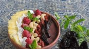Acai bowl ze śliwkami kalifornijskimi