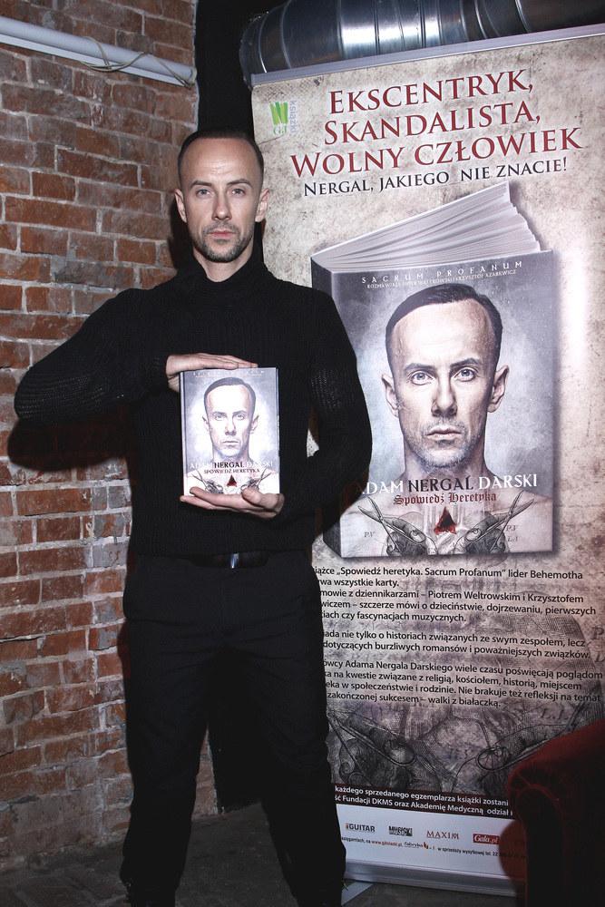 Adam chętnie promuje swoją książkę /Jordan Krzemiński /AKPA