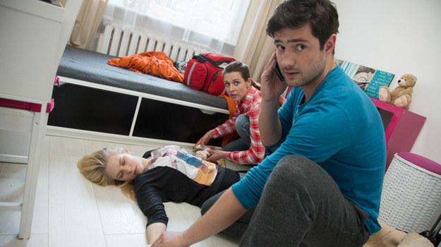 Adam i Zuza znajdą nieprzytomną Weronikę w jej mieszkaniu. Krajewski zdecyduje się przeprowadzić operację dziewczyny. Tym samym złamie prawo i zostanie zatrzymany przez policję /Agencja W. Impact
