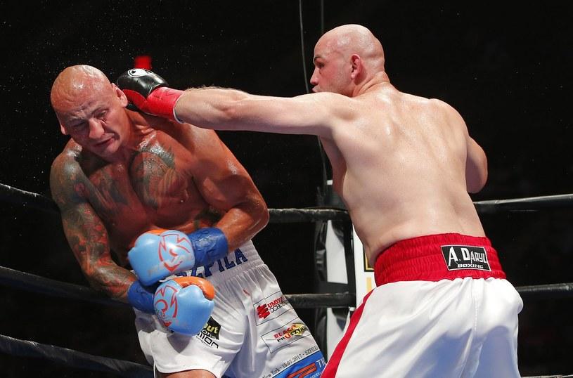 Adam Kownacki (z prawej) pokonał przed czasem Artura Szpilkę /AFP