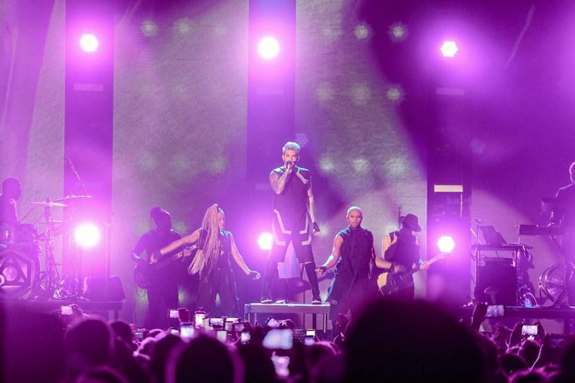 Adam Lambert po koncercie rozdawał autografy /Fot. Agata Grzybowska /