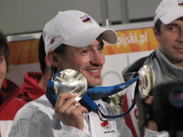Adam Małysz prezentuje swoje dwa srebrne medale  /Fot. Michał Dukaczewski /RMF FM
