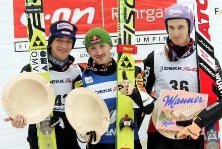 Adam Małysz (w środku) na podium w Lahti /AFP