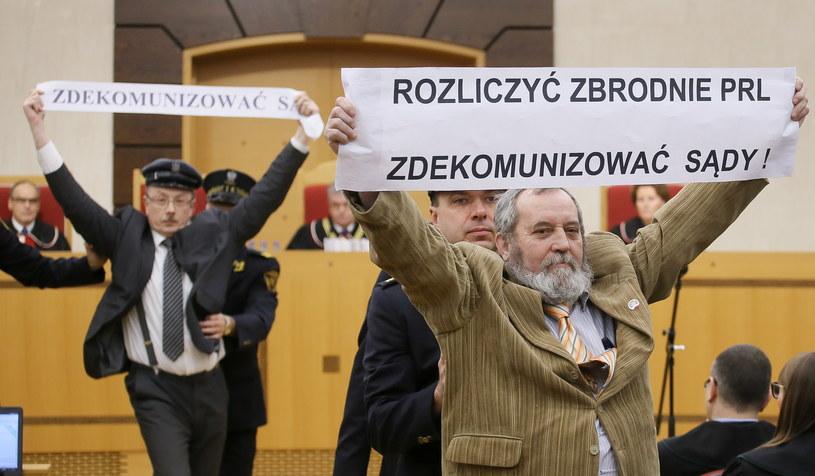 Adam Słomka (L) i Zygmunt Miernik (P) protestują podczas rozprawy w Trybunale Konstytucyjnym w Warszawie, /Paweł Supernak /PAP