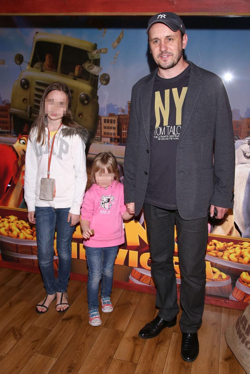 Adam Woronowicz z córkami /East News