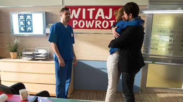 Adam wróci do pracy, a Wiktoria przygotuje mu czułe powitanie. /www.nadobre.tvp.pl/
