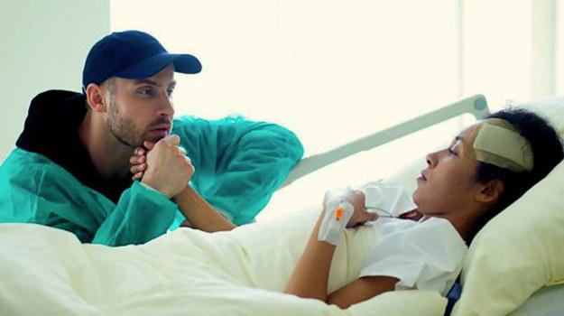 Adam znów jest blisko Sary. Czy znów sprowadzi na rodzinę niebezpieczeństwo? /www.barwyszczescia.tvp.pl/