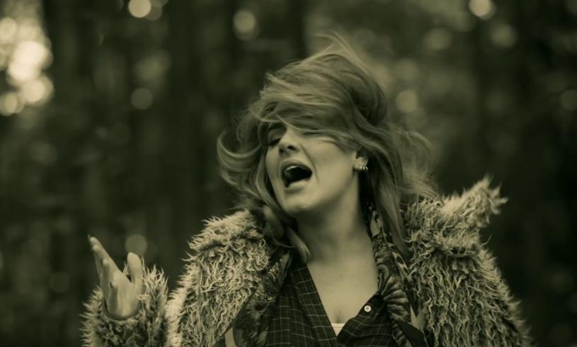"Adele w teledysku ""Hello"" /"