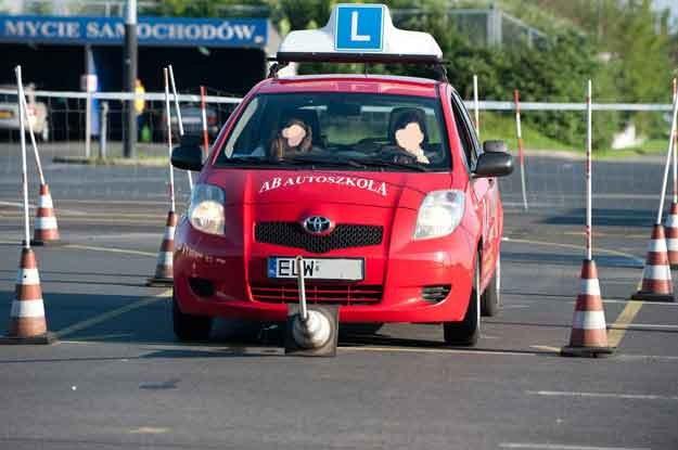 Adepci uczą się jazdy zgodnej z przepisami, w przeciętnych warunkach drogowych.  Fot: Piotr Fotek /Reporter