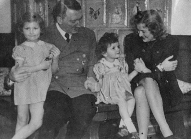 Adolf Hitler chętnie pozował do zdjęć z dziećmi przyjaciółki Ewy Braun  /Getty Images/Flash Press Media