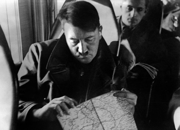 Adolf Hitler przygląda się mapie okupowanej Polski. Za nim generalny gubernator Hans Frank fot. FRANCE PRESSE VOIR /AFP