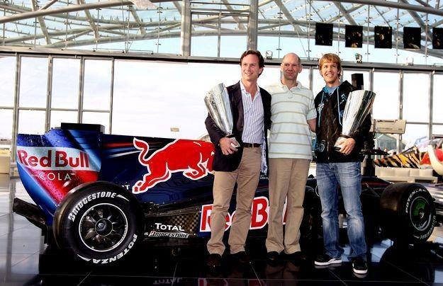 Adrian Newey (w środku) - genialny inżynier teamu Red Bull /AFP