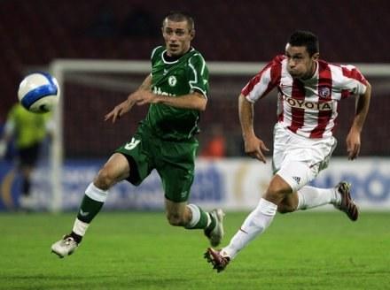 Adrian Sikora (z lewej) zagrał w meczu APOEL-u Nikozja z Apop/Kinyras Peyias /AFP