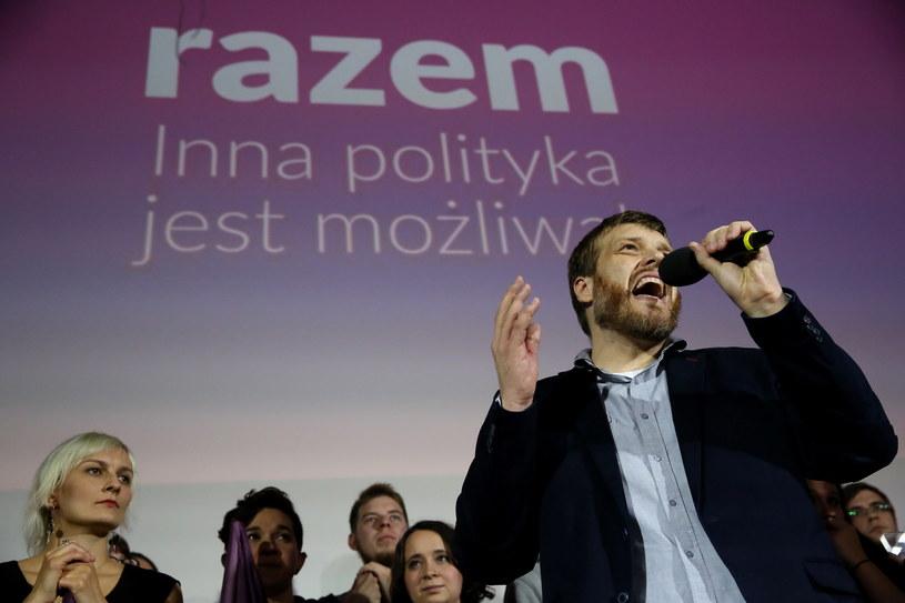Adrian Zandberg podczas wieczoru wyborczego Partii Razem /Tomasz Gzell /PAP