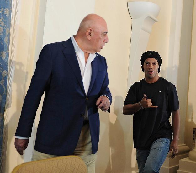 Adriano Galliani i Ronaldinho na konferencji prasowej /AFP