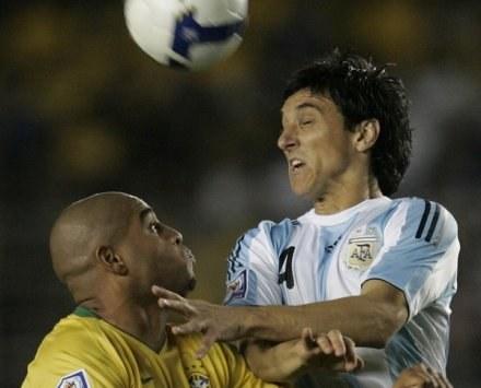 Adriano i Burdisso walczyli niedawno przeciwko sobie w meczu Brazylia-Argentyna. Dziś zagrali razem. /AFP