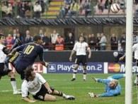 Adriano strzela na bramkę Valencii /AFP