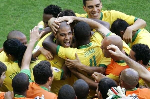 Adriano w objęciach kolegów. Brazylia-Australia 2:0 /AFP