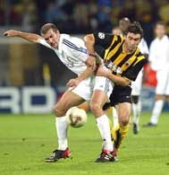 AEK - Real 3:3. Zagorakis (z prawej) walczy z Zidane'em