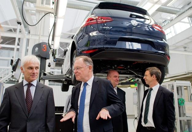 Afera wokół manipulowania pomiarami spalin trwa, ale wśród szefostwa Volkswagena nastroje całkiem dobre /AFP