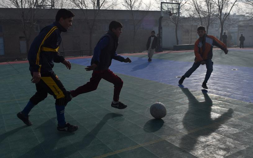 Afgańskie dzieci to ofiary wojny, które mimo wszystko chcą żyć normalnie /Wakil KOHSAR /AFP