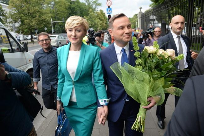 Agata i Andrzej Duda przyszli na spotkanie na piechotę /Jacek Turczyk /PAP