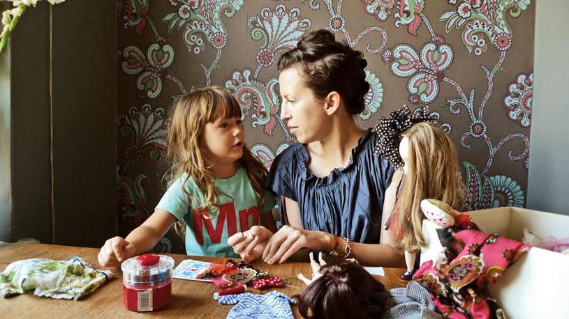 """AGATA NOWICKA, warszawska ilustratorka, z sześcioletnią córką Milą. Pierwszą Blythe wybierały wspólnie. Potem babcia Mili zaczęła szyć ubranka dla """"kultowej lali"""". Mama wystawia je w sklepiku internetowym Miss Milupka na międzynarodowym portalu Etsy /Twój Styl"""