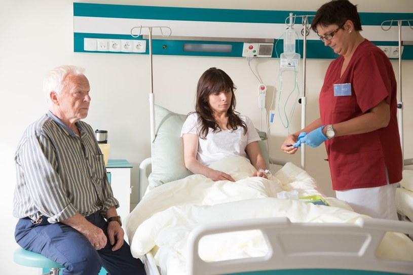 Agata wyląduje w szpitalu. Będzie przy niej czuwał ojciec. /Agencja W. Impact