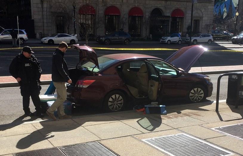 Agenci Secret Service sprawdzają auto, które należało do samobójcy /AFP