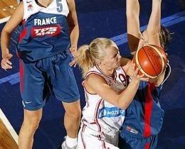 Agnieszka Bibrzycka stara się przebić przez obronę Francuzek /FIBA EUROPE