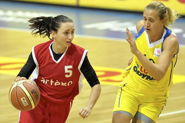 Agnieszka Kułąga (Artego, z piłką) i Adrijana Knezević/fot. Adam Warżawa /PAP