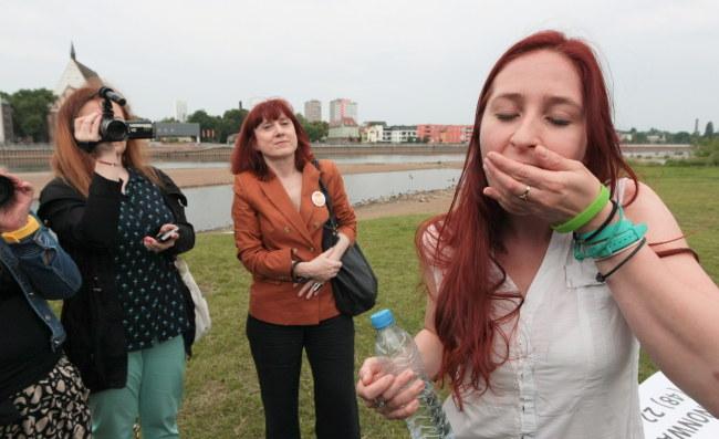 Agnieszka Olszewska  z organizacji feministycznej Women on Waves zażywa przed kamerami tabletkę poronną przetransportowaną przez drona /PAP/Lech Muszyński /PAP