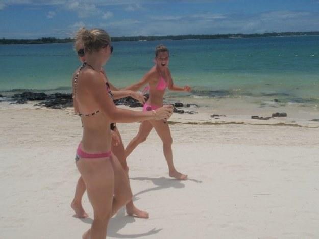 Agnieszka Radwańska (w różowym bikini) w czasie wakacji na Mauritiusie /Archiwum rodziny Radwańskich