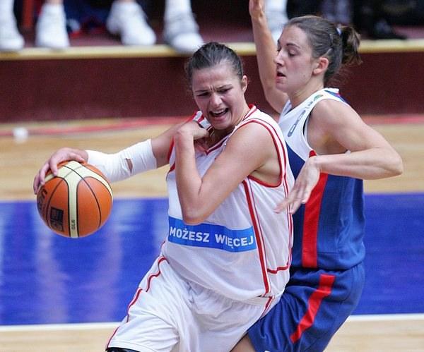 Agnieszka Szott (z lewej) zdobyła w meczu z Niemkami dwa punkty. /. /AFP