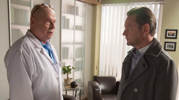 aką decyzję podejmie w końcu Tretter? Czy przyjmie Tomasza do szpitala w Leśnej Górze? /www.nadobre.tvp.pl/