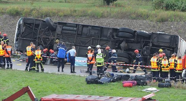 Akcja ratunkowa na miejscu wypadku polskiego autokaru we Francji/fot. Patric Seeger /PAP/EPA