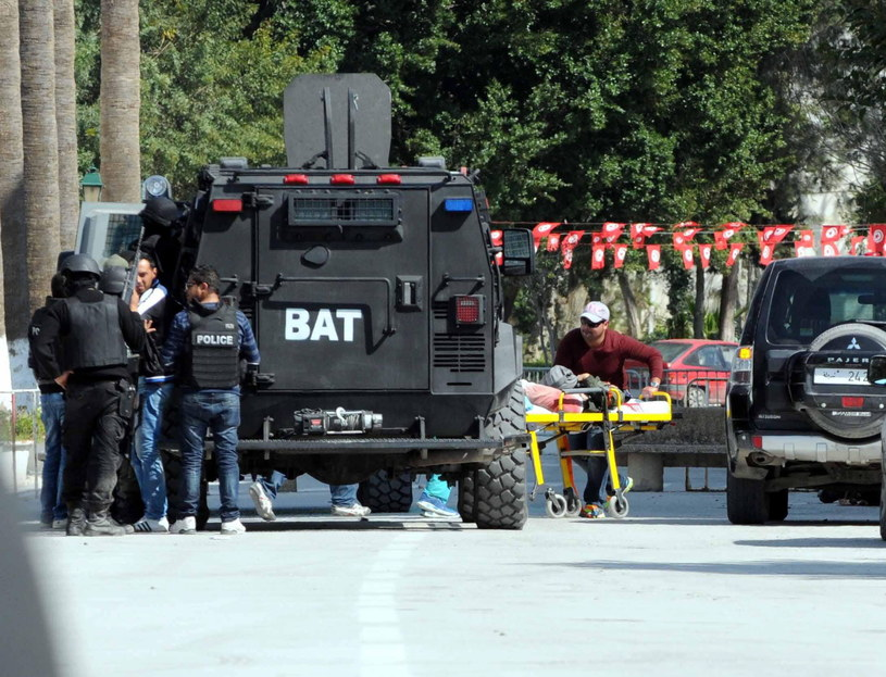 Akcja ratunkowa podczas zamachu w Tunisie /PAP/EPA