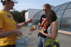 Akcja RMF FM w Warszawie. Rozdawaliśmy butelki wody spragnionym przechodniom!