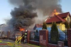 Akcja strażaków po pożarze i wybuchu w Łomiankach