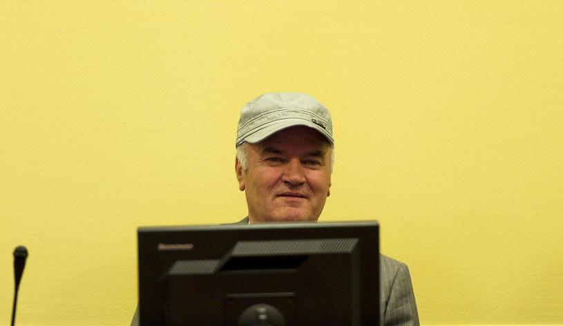 Akt oskarżenia przeciwko Ratko Mladiciowi zawiera 11 zarzutów, obejmujących ludobójstwo, zbrodnie wojenne i zbrodnie przeciwko ludzkości /VALERIE KUYPERS /AFP