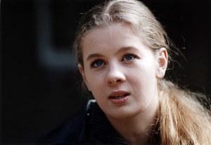 """Aktorka Anna Powierza, mimo iż przegrała casting o główną rolę i tak wystąpiła w """"Pannie z mokrą głową"""". Tak, jak wszystkie dziewczyny, które znalazły się na ostatnim etapie zdjęć próbnych. Rok później wcieliła się w postać Kici w ekranizacji """"Awantury o Basię"""". Obecnie, już od kilku lat, gra sympatyczną Czesię w """"Klanie"""". /Prończyk /AKPA"""