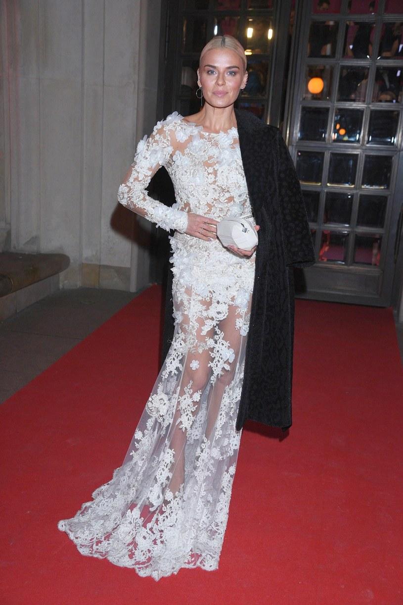 Aktorka pozowała do zdjęć także z płaszczem /Tricolors /East News