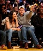 Aktorzy Ashton Kutcher i Mila Kunis oglądali z trybun mecz NBA pomiędzy Oklahoma City Thunder i Los Angeles Lakers. Czułości nie brakowało