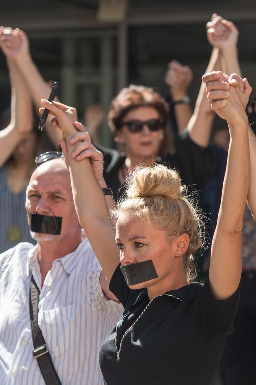 Aktorzy Teatru Polskiego podczas Niemego protestu przeciwko powołaniu nowego dyrektora Teatru - Cezarego Morawskiego /Maciej Kulczyński /PAP